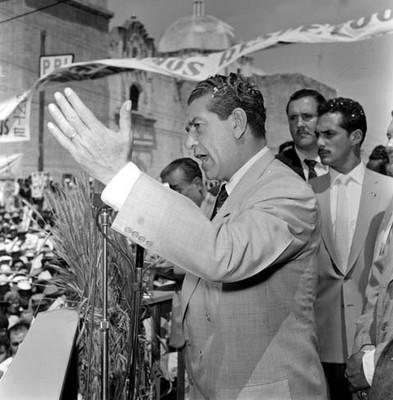 Adolfo López Mateos haciendo uso de la palabra, durante su campaña política por Monclova