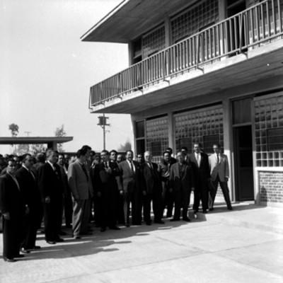 Adolfo López Mateos y demás funcionarios visitando una escuela durante su gira por el D.F.