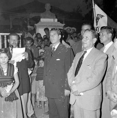 Adolfo López Mateos ante las palabras de un hombre, durante una ceremonia de bienvenida en su campaña política por Uruapan
