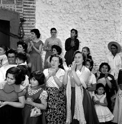 Mujeres con niños y niñas a fuera de una casa, durante la campaña electoral de Adolfo López Mateos en Yurecuaro