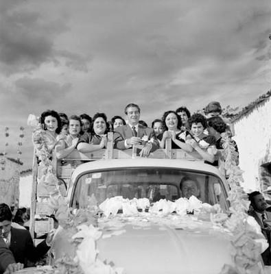 Adolfo López Mateos con mujeres abordo de un camión, durante su campaña electoral en Jiquílpan