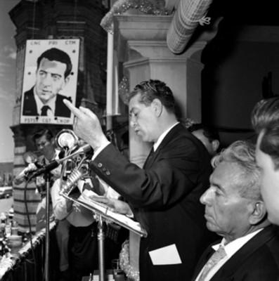 Adolfo López Mateos ante los micrófonos durante su campaña electoral por Tepic