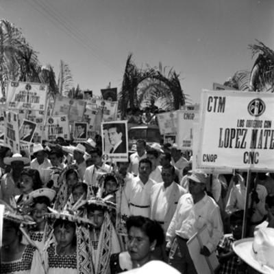 Adolfo López Mateos en un automóvil, durante un recorrido por Acaponeta entre una multitud