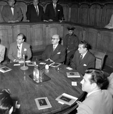 Adolfo López Mateos y funcionarios, presidiendo una ceremonia en la Universidad de Puebla