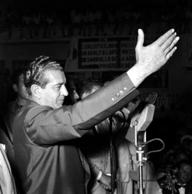 Adolfo López Mateos agradeciendo el apoyo de sus partidarios, durante su campaña electoral por Los Mochis