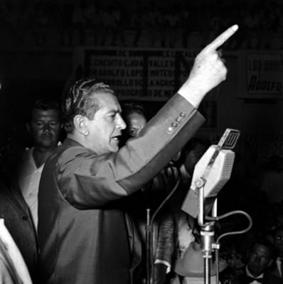 Adolfo López Mateos haciendo uso de la palabra ante sus partidarios, durante su campaña electoral por Los Mochis