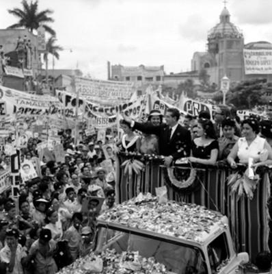 Adolfo López Mateos con mujeres a bordo de un camión, saludando a partidarios en su campaña electoral en Cd. Victoria