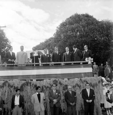 Adolfo López Mateos saludando, acompañadp por el Gobernador de Querétaro, druante una ceremonia