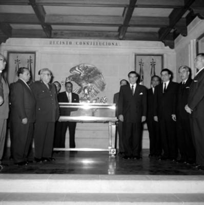 Adolfo López Mateos y secretarios de estado en el recinto constitucional del archivo general de la nación