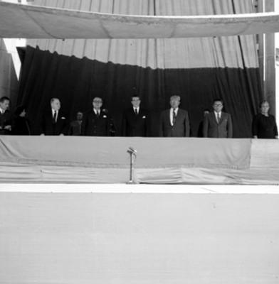 Adolfo López Mateos con secretarios de estado durante la ceremonia de inauguración de los cursos de la escuela nacional de maestros