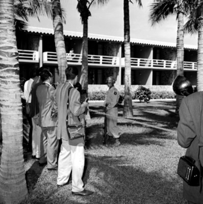 Periodistas en los jardines del Hotel Pierre Marquez al asistir a la conferencia de prensa ofrecida por López Mateos a Eisenhower