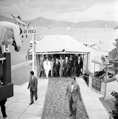 Adolfo López Mateos y Eisenhower acompañados de su Estado Mayor y comitiva, visitan el Hotel Club Pesca, en Acapulco
