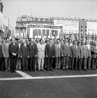 Adolfo López Mateos, miembros de su gabinete y líderes de centrales obreras encabezando el desfile obrero del 1° de Mayo