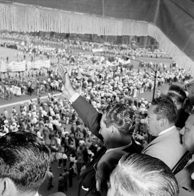 Adolfo López Mateos y miembros de su gabinete, saludando a trabajadores en su desfile