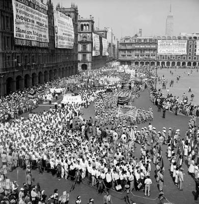 Desfile obrero en el zócalo de la ciudad de México un 1° de Mayo