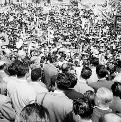 Adolfo López Mateos frente a un mitin de apoyo a su candidatura en Tijuana, toma en picada
