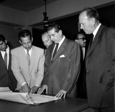 Adolfo López Mateos y catedráticos observando un plano