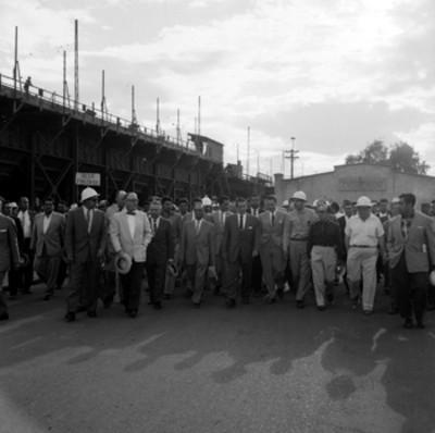 Adolfo López Mateos con trabajadores y empresarios, visita la fundidora de Avalos, durante su campaña electoral por Chihuahua