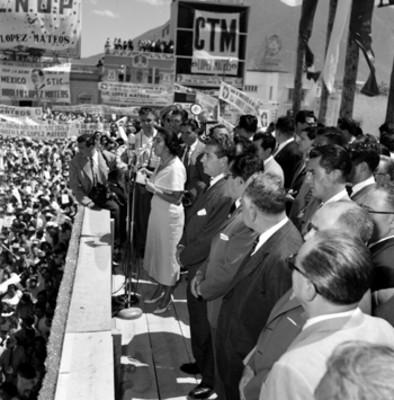 Adolfo López Mateos, políticos y partidarios escuchando las palabras de una mujer en un mitin