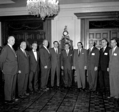 Adolfo López Mateos con ejecutivos de la American Airlines, durante una reunión en Los Pinos, retrato de grupo