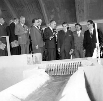 Adolfo López Mateos recibiendo explicación del funcionamiento del laboratorio de la UNAM