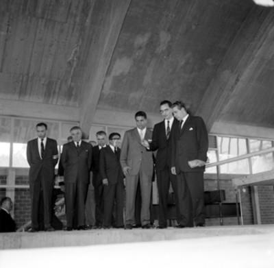 Adolfo López Mateos observando una maqueta realizada en un laboratorio de la UNAM