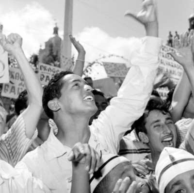 Público ovacionando en una plaza durante un mitin de bienvenida a Adolfo López Mateos en Alvarado, Ver