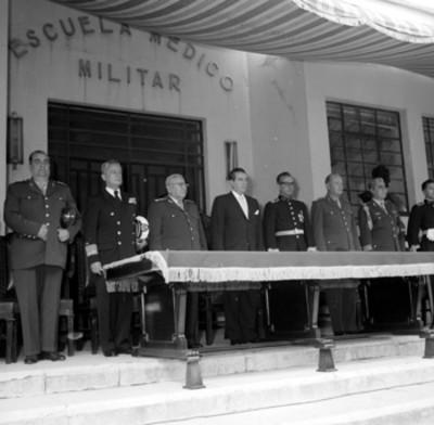 Adolfo López Mateos y comitiva en el presídium de la ceremonia de inicio de cursos de la Escuela Médico Militar