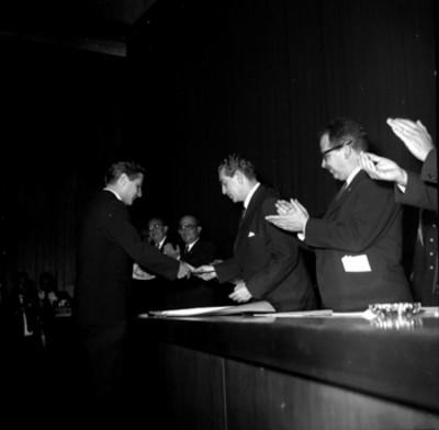 Adolfo López Mateos entregando un premio a un individuo, en Ciudad Universitaria