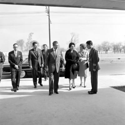 Adolfo López Mateos, Eva Sámano de López Mateos y funcionarios arrivando a la planta de desayunos escolares