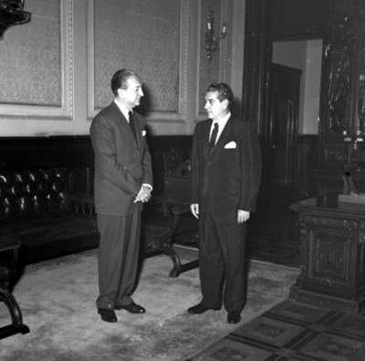 Adolfo López Mateos conversando con un empresario en Palacio Nacional