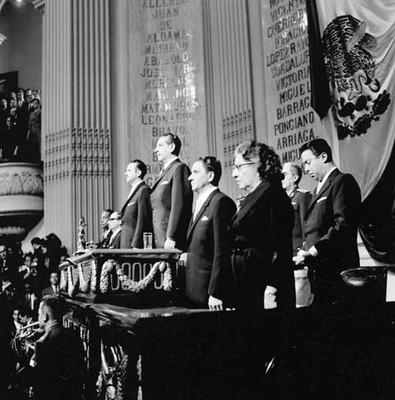 Adolfo López Mateos y miembros del Congreso de la Unión presidiendo la ceremonia de su segundo informe en la Cámara de Diputados