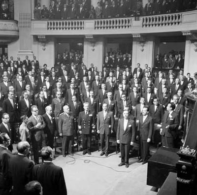 Asistentes de pie en el segundo informe de gobierno de Adolfo López Mateos en la Cámara de Diputados, toma en picada