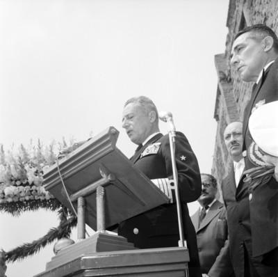 Manuel Zermeño Araica pronuncia discurso, en al ceremonia del día de la Marina