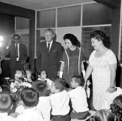 Eva Sámano de López Mateos con funcionarios visitando el desayunador de la escuela Antonio Villarreal, durante su inauguración, en Monterrey
