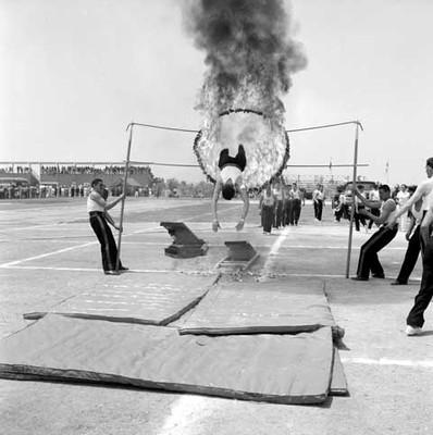 Bomberos realizando acrobacias en la cd. deportiva