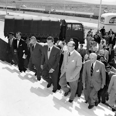 Adolfo López Mateos y comitiva recorriendo las instalaciones de DINA, durante su campaña electoral por Cd. Sahagún, Hgo