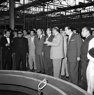 Adolfo López Mateos y comitiva recorriendo las instalaciones de DINA durante su gira electoral por Cd. Sahagún, Hgo