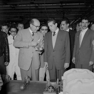 Adolfo López Mateos durante una visita a la fábrica DINA en Cd. Sahagún, Hgo