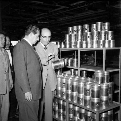Adolfo López Mateos observando pistones durante una visita a la fábrica DINA, en su gira electoral por Cd. Sahagún, Hgo
