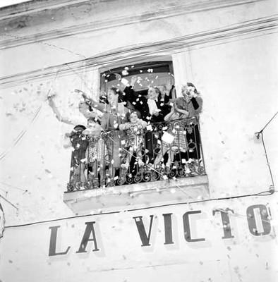 Partidarios del PRI en el balcón de una casa durante el recorrido de López Mateos por Tulancingo