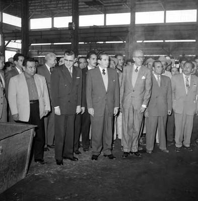 Adolfo López Mateos, políticos y partidarios en las instalaciones de la fábrica Toyoda