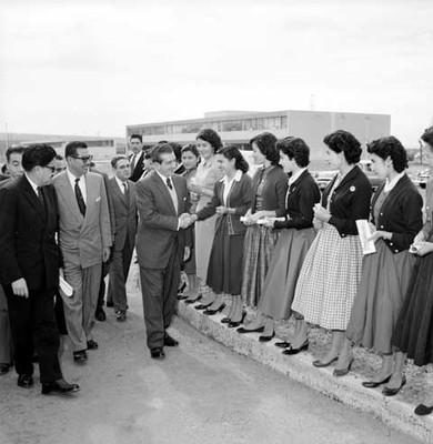 Adolfo López Mateos saludando a unas mujeres fuera de la fábrica Toyoda