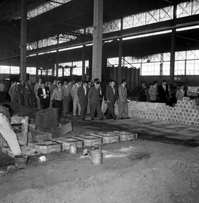 Adolfo López Mateos, políticos y partidarios observando como labora un trabajador de la fábrica Toyoda