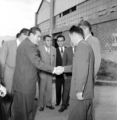 Adolfo López Mateos saluda a empresarios fuera de la fábrica Toyoda
