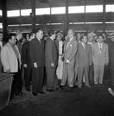 Adolfo López Mateos conversando con políticos en las instalaciones de la fábrica Toyoda