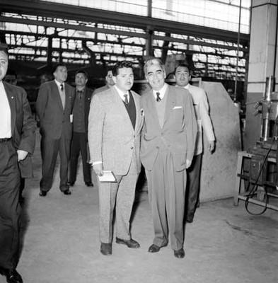 Adolfo López Mateos y políticos en la fábrica Toyoda, retrato de grupo