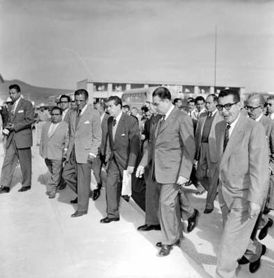Adolfo López Mateos, políticos y partidarios recorriendo la fábrica Toyoda por fuera