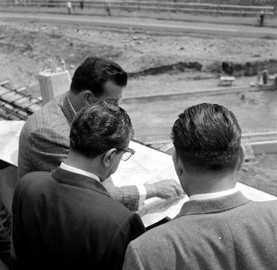 Adolfo López Mateos observando un plano, durante su visita a las obras del Anillo Periférico, en la Cd. de México