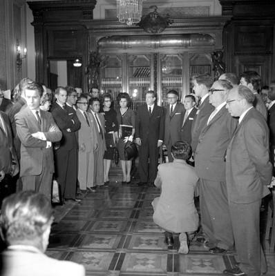 Adolfo López Mateos con miembros de la comisión del Tribunal Fiscal, en una sala de Palacio Nacional, retrato de grupo